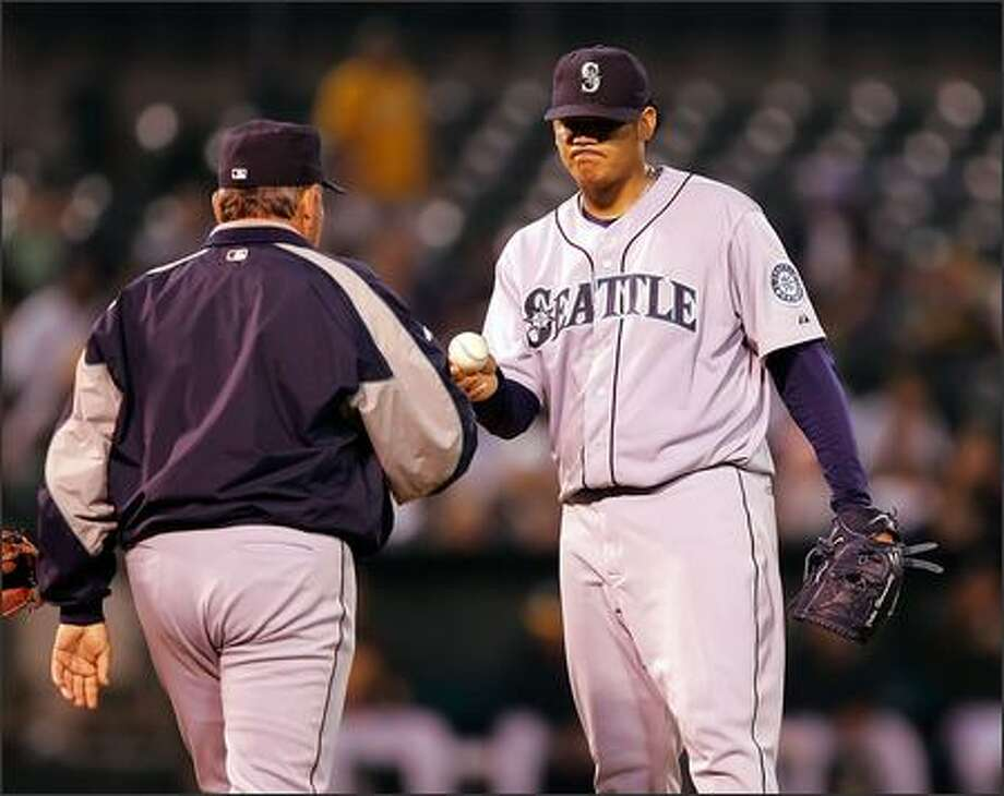 Mariners starter Felix Hernandez (2-5) hands the ball to manager Mike Hargrove as he's replaced in the fifth inning. Photo: JOSE SANCHEZ/AP