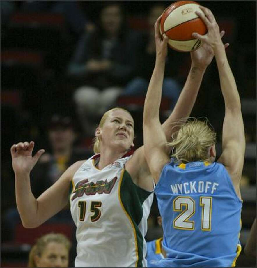 Lauren Jackson, left, battling Brooke Wyckoff, had a game-high 19 points. Photo: Grant M. Haller/Seattle Post-Intelligencer