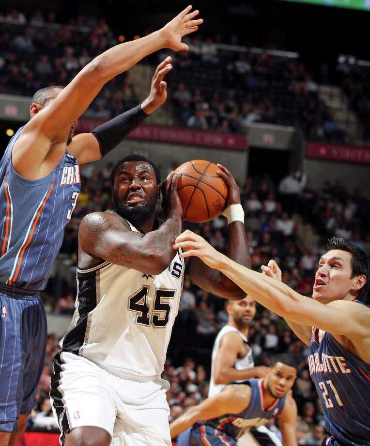 FOR SPORTS - Spurs' DeJuan Blair looks for room between  Bobcats' Boris Diaw (left) and Eduardo Najera during first half action Saturday March 19, 2011 at the AT&T Center.  (PHOTO BY EDWARD A. ORNELAS/eaornelas@express-news.net) Photo: EDWARD A. ORNELAS, SAN ANTONIO EXPRESS-NEWS / SAN ANTONIO EXPRESS-NEWS NFS