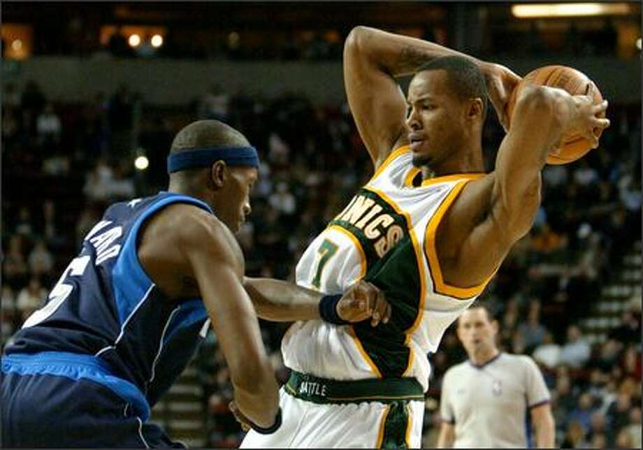 """Sonics forward Rashard Lewis uses his lanky frame to slash to the basket in just a few steps and shoot over defenders from 3-point range. """"I am going to get him the ball more,"""" coach Bob Hill said. Photo: Gilbert W. Arias/Seattle Post-Intelligencer"""