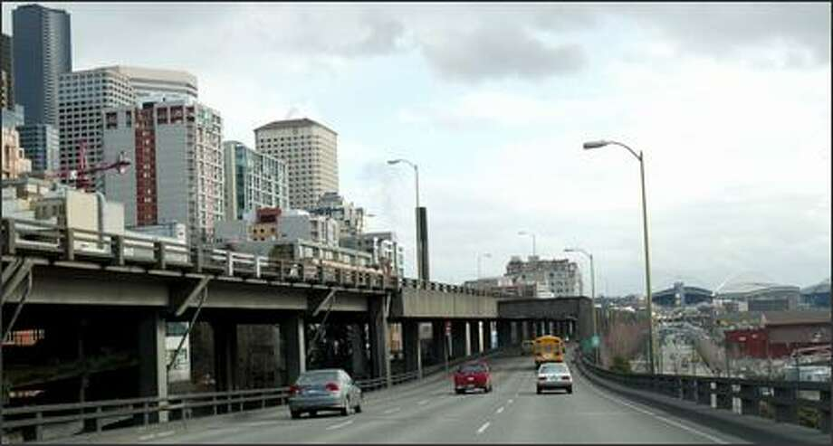 Seattle voters have until Tuesday to have their say on what should be done about the aging, earthquake-damaged Alaskan Way Viaduct. Photo: Karen Ducey/Seattle Post-Intelligencer