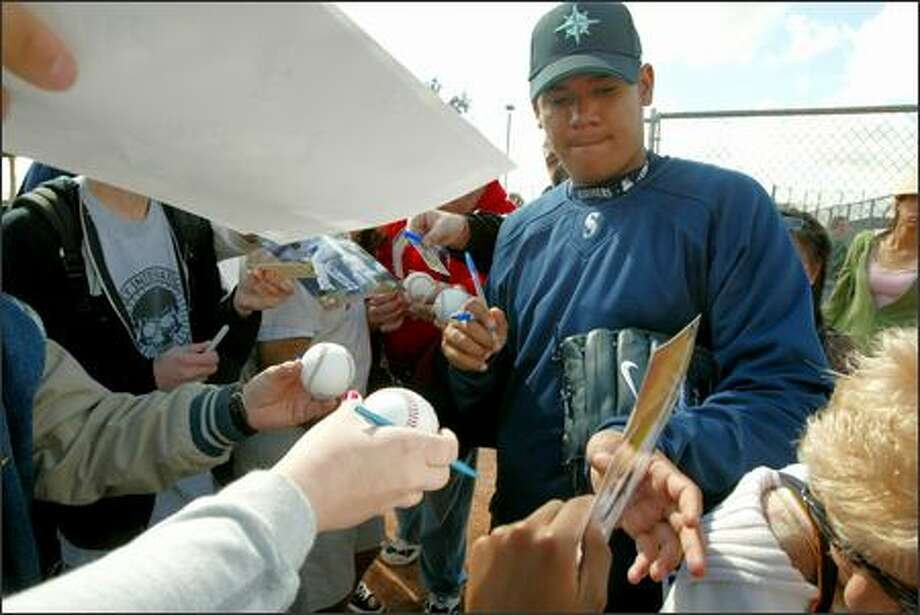 Pitcher Felix Hernandez signs autographs for fans at spring training. Photo: Grant M. Haller/Seattle Post-Intelligencer