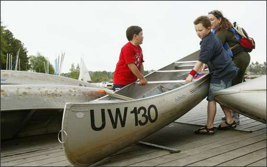 Canoes and rowboats can be rented at the Waterfront Activities Center on the University of Washington campus, where Marcos Muñoz, 8, Jordan Jurek, 9, and Kim Muñoz selected a canoe for their outing. Photo: Joshua Trujillo/Seattle Post-Intelligencer