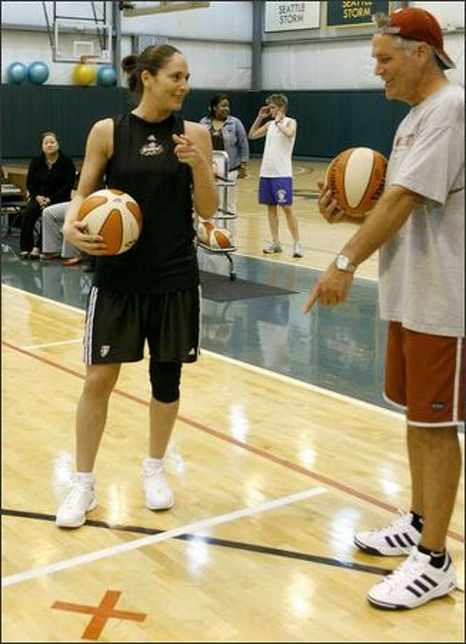 Storm guard Sue Bird and P-I writer Jim Moore discuss distances before their showdown Tuesday. Photo: Gilbert W. Arias/Seattle Post-Intelligencer