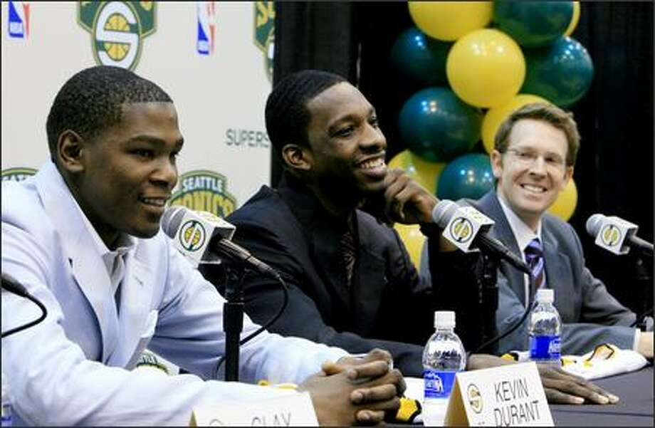 Jeff Green, center, shares a laugh with new teammate Kevin Durant and general manager Sam Presti. Photo: Dan DeLong/Seattle Post-Intelligencer