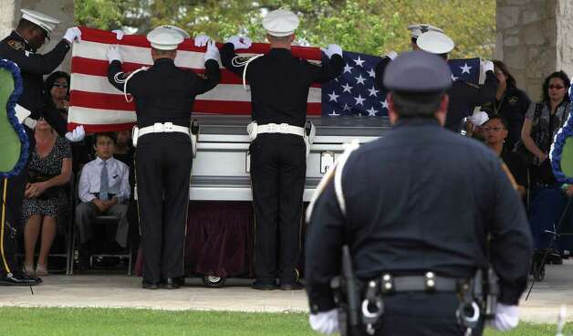 San Antonio police officer Stephanie Brown is laid to rest Monday March 21, 2011 at Resurrection Cemetery. Brown was killed March 15 in a car accident. JOHN DAVENPORT/jdavenport@express-news.net Photo: JOHN DAVENPORT, SAN ANTONIO EXPRESS-NEWS / jdavenport@express-news.net
