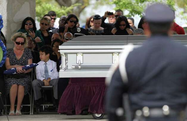 San Antonio police officer Stephanie Brown is laid to rest Monday March 21, 2011 at Resurrection Cemetery. Brown was killed March 15 in a car accident while on duty. JOHN DAVENPORT/jdavenport@express-news.net Photo: JOHN DAVENPORT, SAN ANTONIO EXPRESS-NEWS / jdavenport@express-news.net