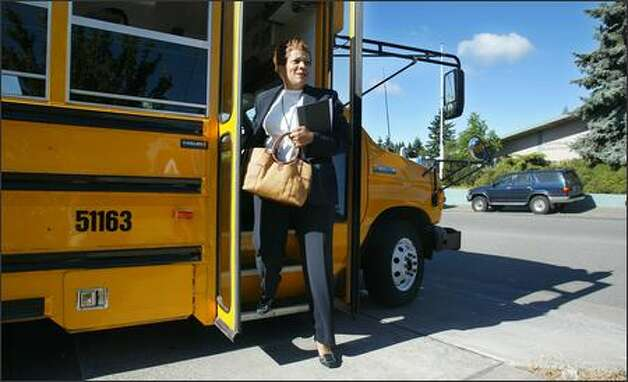 Former Seattle schools superintendent Maria Goodloe-Johnson steps off the bus Monday at Northgate Elementary in 2007, her first tour stop.  Photo: Paul Joseph Brown/Seattle Post-Intelligencer