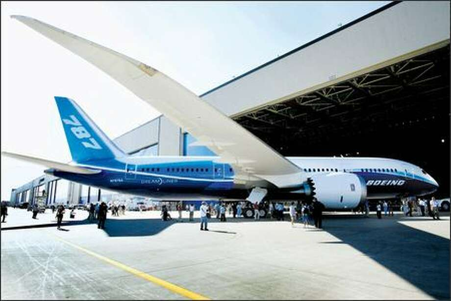 Boeing employees, retirees, airplane executives and media gawked at the new 787 Dreamliner, and its lengthy wingspan, at its unveiling Sunday in Everett. Photo: Grant M. Haller/Seattle Post-Intelligencer
