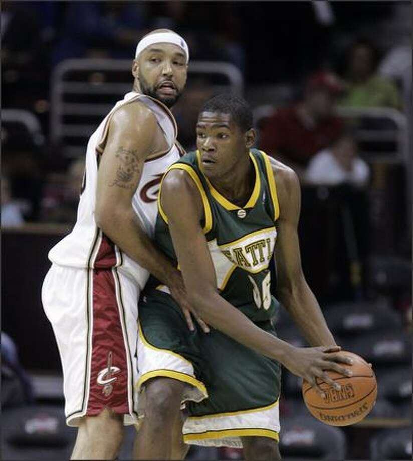 Kevin Durant, guarded by Drew Gooden, scored 15 points for the Sonics but hit just 5 of 22 shots. Photo: / Associated Press