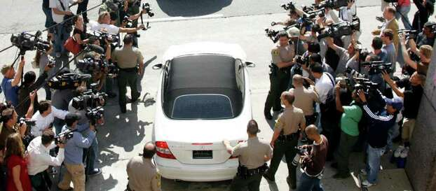 Media surround and photograph a white car driven by Britney Spears as she leaves a custody hearing at Los Angeles Superior Court in Los Angeles in this October 11, 2007 file photo. Some observers are wondering whether Britney Spears will meet the same fate as Britain's Princess Diana who, before her death in a 1997 car crash, was the most photographed woman in the world. REUTERS/Fred Prouser/Files   (UNITED STATES) Photo: FRED PROUSER, REUTERS / X00224