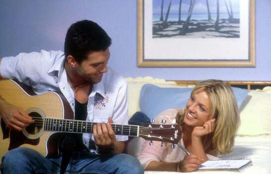 0202208 (BC-BPI-SPEARS) (from left to right) ANSON MOUNT as Ben and BRITNEY SPEARS as Lucy in CROSSROADS. BPI DIGITAL PHOTO 2002 PARAMOUNT PICTURES & FILMCO ENTERPRISES, INC. CR: RICHARD  FOREMAN/SMPSP Photo: RICHARD FOREMAN, BPI / PARAMOUNT PICTURES/FILMCO ENTERP