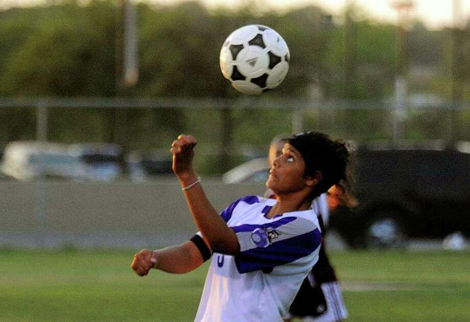 The high school soccer season gets underway. Photo: BILLY CALZADA, Billy Calzada/gcalzada@express-news.net / gcalzada@express-news.net