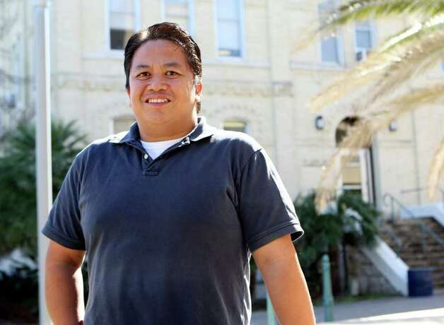 CONEXION:  St. Mary's University faculty member Richard Cardenas was one of  11 people nationwide to receive a Presidential Award for Excellence in Science, Mathematics and Engineering Mentoring.  HELEN L. MONTOYA/hmontoya@conexionsa.com Photo: HELEN L. MONTOYA, SAN ANTONIO EXPRESS-NEWS / SAN ANTONIO EXPRESS-NEWS