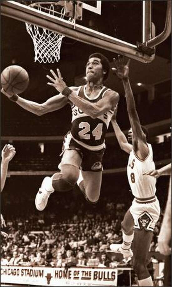 Seattle SuperSonics' Dennis Johnson (24) soars to the basket past the Chicago Bulls' Mickey Johnson, right, on March 17, 1979. Photo: Seattlepi.com