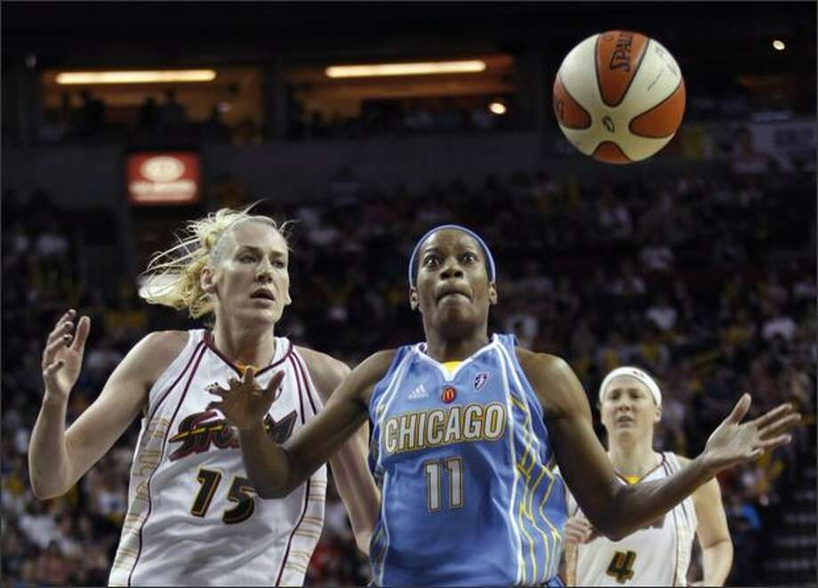 Chicago's Jia Perkins loses control of the ball as she drives to the basket while Lauren Jackson, left, defends in the second quarter. Photo: / Associated Press