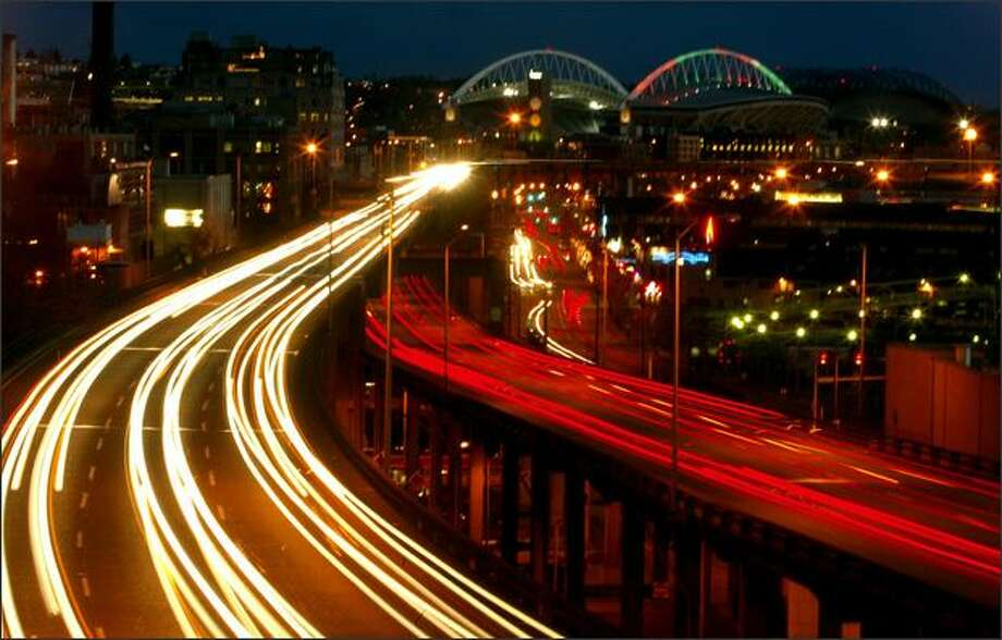 Traffic flows along the viaduct and Alaskan Way, on the Seattle waterfront, in this photo taken in December 2005. Photo: Grant M. Haller/Seattle Post-Intelligencer