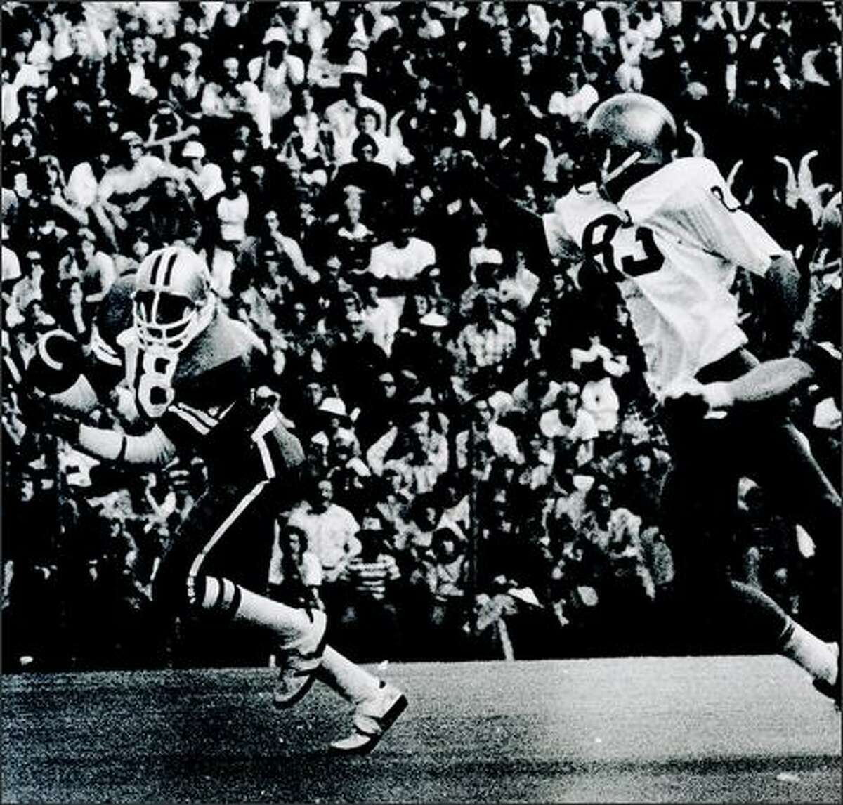 Spider Gaines catches the game winning 78-yard TD pass from Warren Moon in the 1975 Apple Cup.