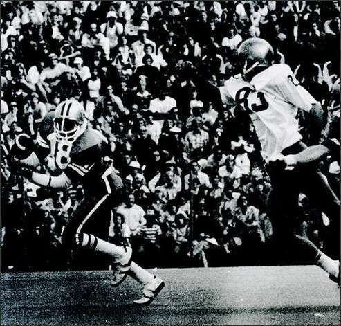 Spider Gaines catches the game winning 78-yard TD pass from Warren Moon in the 1975 Apple Cup. Photo: P-I File