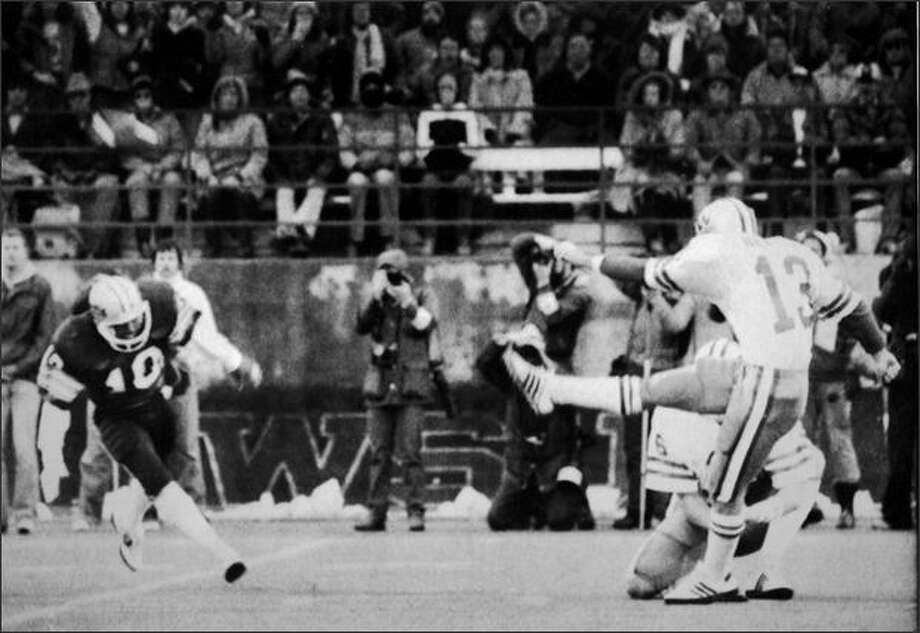 UW kicker Chuck Nelson misses a potential go-ahead field goal in the 1982 Apple Cup, snapping an NCAA record 30 consecutive field goals. The Huskies eventually lost the game 24-20. Photo: P-I File