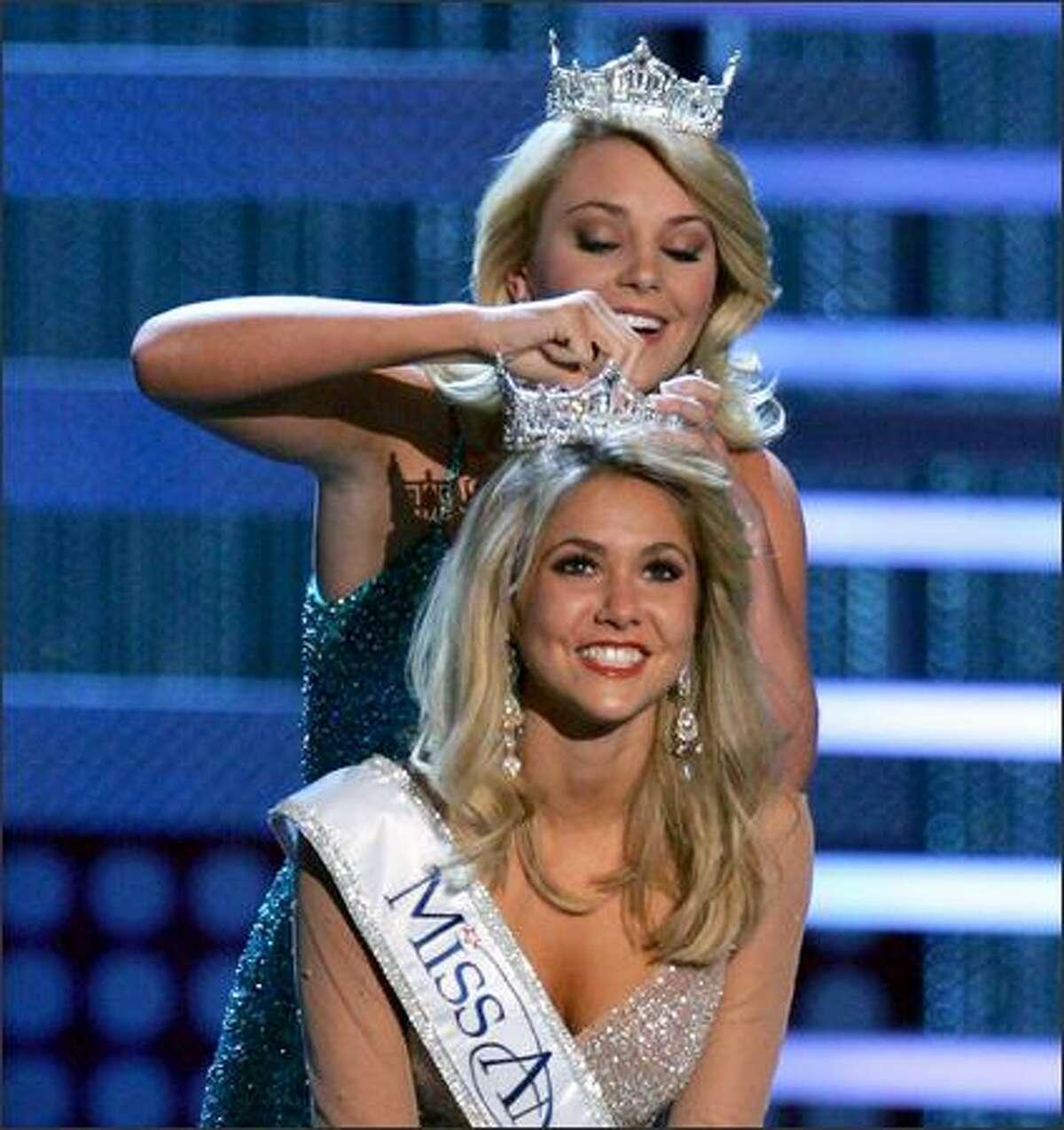 Miss America 2007 Lauren Nelson crowns Kirsten Haglund, Miss Michigan, Miss America 2008.