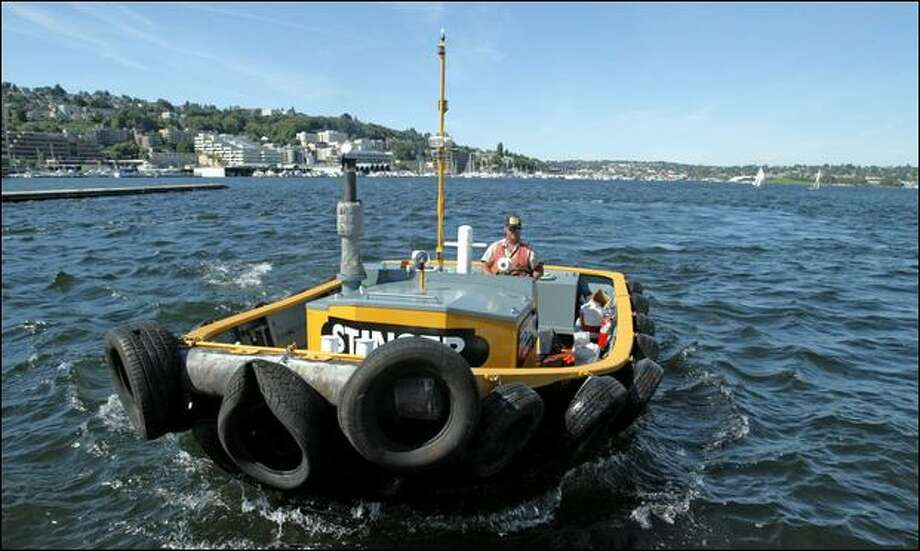 Erik Freeman, co-owner of the Fremont Tugboat Co., runs his 20-foot custom seine skiff as he moves floating docks on Lake Union earlier this summer. Photo: Gilbert W. Arias/Seattle Post-Intelligencer