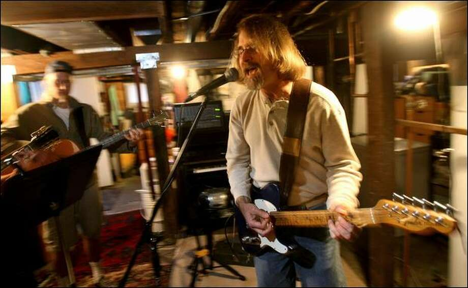 David Montgomery jams Monday with Big Dirt members including Mike Sebring, left, in a Seattle basement. Photo: Scott Eklund/Seattle Post-Intelligencer