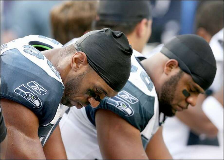 Seahawks linebackers Julian Peterson, left, and Leroy Hill hang their heads late in the game against the Giants with the outcome sealed. Photo: Scott Eklund/Seattle Post-Intelligencer