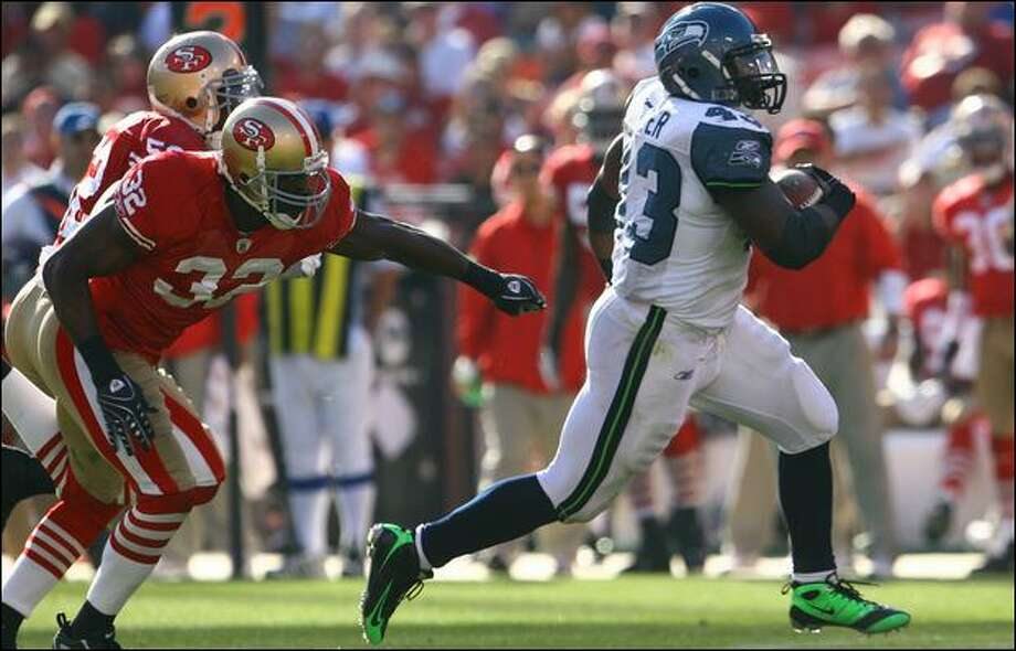 Seahawks fullback Leonard Weaver outruns Michael Lewis of the 49ers for a touchdown in the third quarter. Photo: Jeff Gross/Getty Images