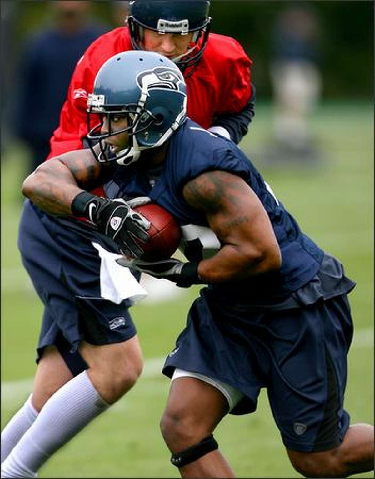 New Seahawks' running back Julius Jones takes a hand off from quarterback Matt Hasselbeck.