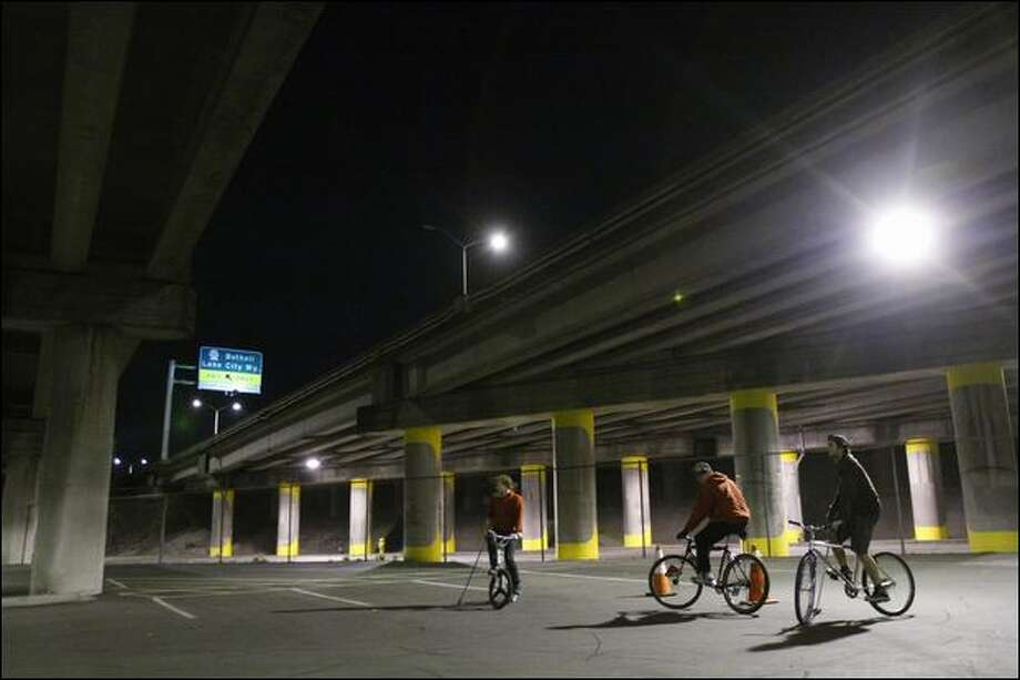 Seattle bike polo players are ready to rumble under Interstate 5 at Northeast 65th Street. The hardcourt version of bike polo started in Seattle and has spread around the Northwest. Photo: Brad Vest/Seattle Post-Intelligencer