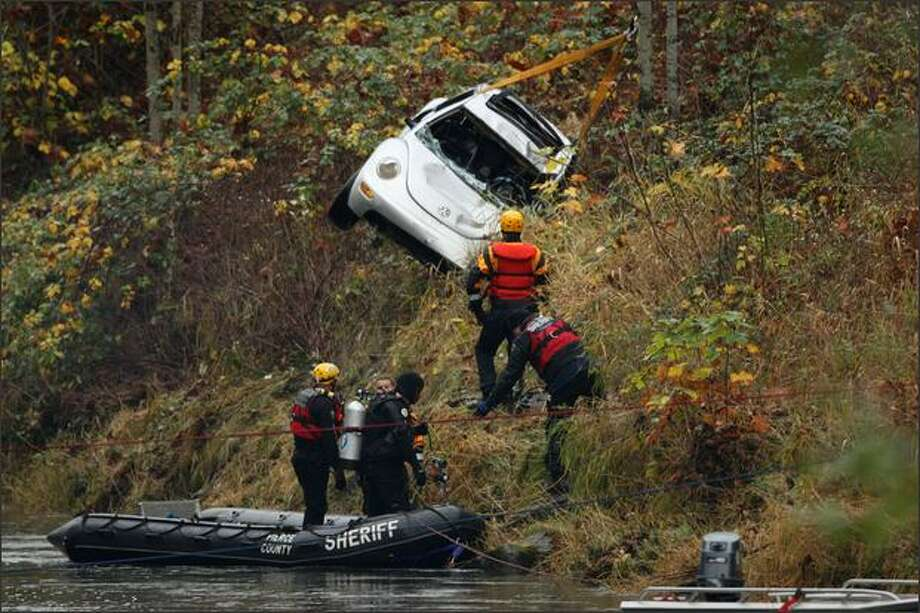 Rescue workers on Tuesday recover the 2001 VW bug that crashed Friday in the Green River in Auburn. The car contained the body of 2-year old Hunter Beaupre. Photo: Mike Kane/Seattle Post-Intelligencer