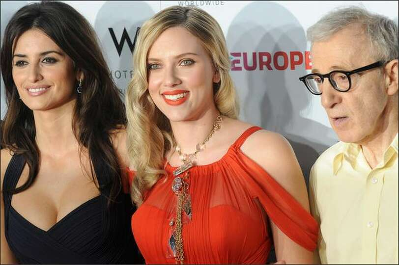 Cast members Penelope Cruz (L) and Scarlett Johansson (C) pose with director Woody Allen as they arr