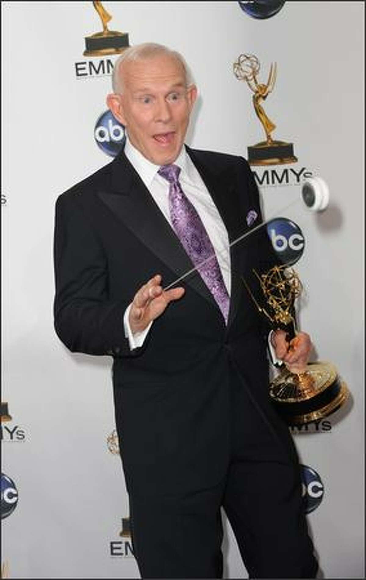 Comedian Tommy Smothers shows off his yo-yo skills in the press room at the 60th Primetime Emmy Awards at the Noika Theatre in Los Angeles on September 21, 2008. AFP PHOTO Robyn BECK