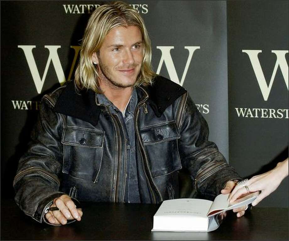 "David Beckham signs copies of his autobiography ""My Side"" at Waterstone's Piccadilly in London on Nov. 17, 2003. Photo: Getty Images"
