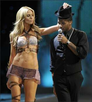 Heidi Klum walks on stage with Usher. Photo: Getty Images