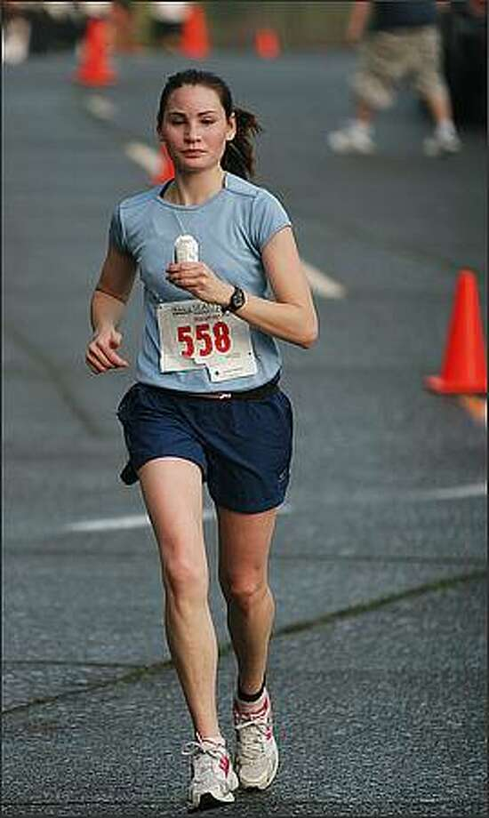 A runner works her way through the 2008 Seattle Marathon. Photo: Brad Vest, Seattle Post-Intelligencer