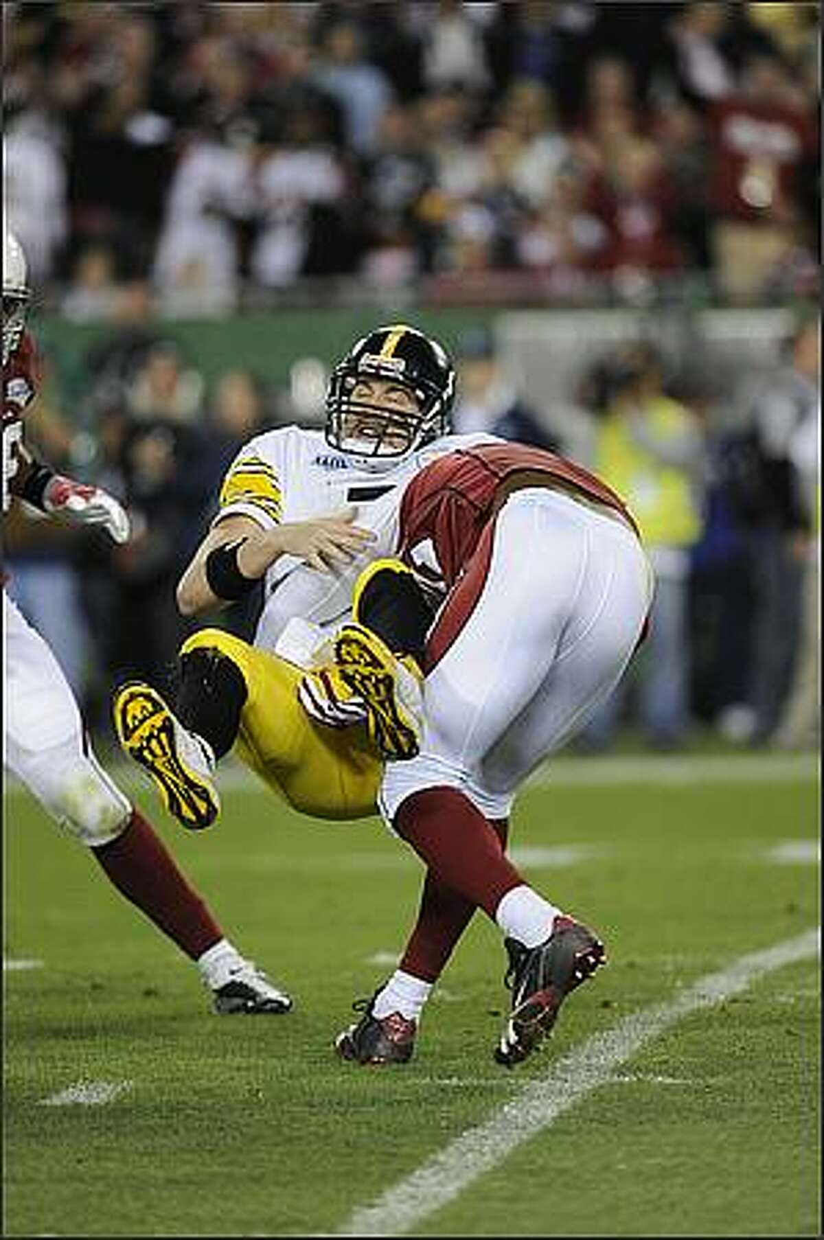 Quarterback Ben Roethisberger of the Pittsburgh Steelers is sacked by Bertrand Berry of the Arizona Cardinals.( TIMOTHY A. CLARY/AFP/Getty Images)