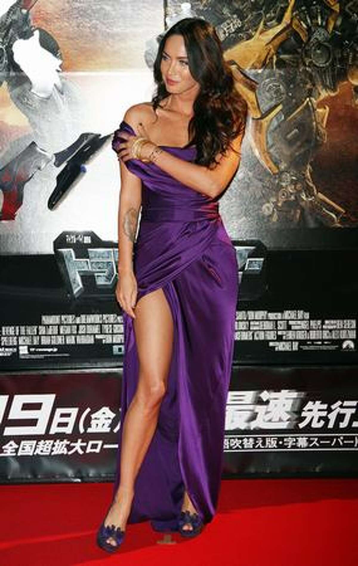 Arriving at the Japanese premiere of the film that night, Fox wore a purple satin Donna Karan gown and a pair of Stuart Weitzman pumps ($365). Adding to her quirky appeal, Fox's shoulder strap appeared eager to meet up with the long split of her gown.