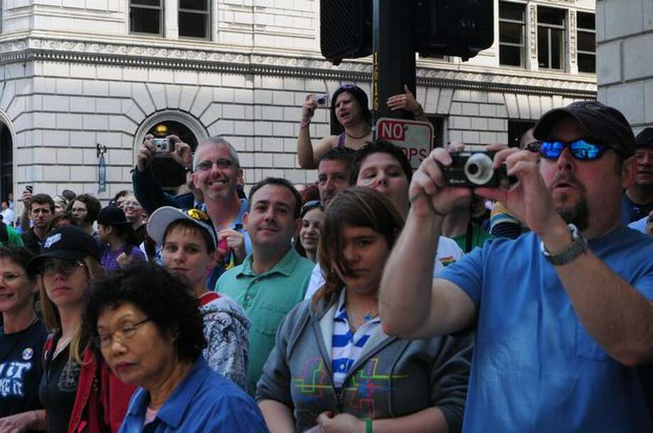 Crowd members take photographs. Photo: Daniel Berman, Seattlepi.com