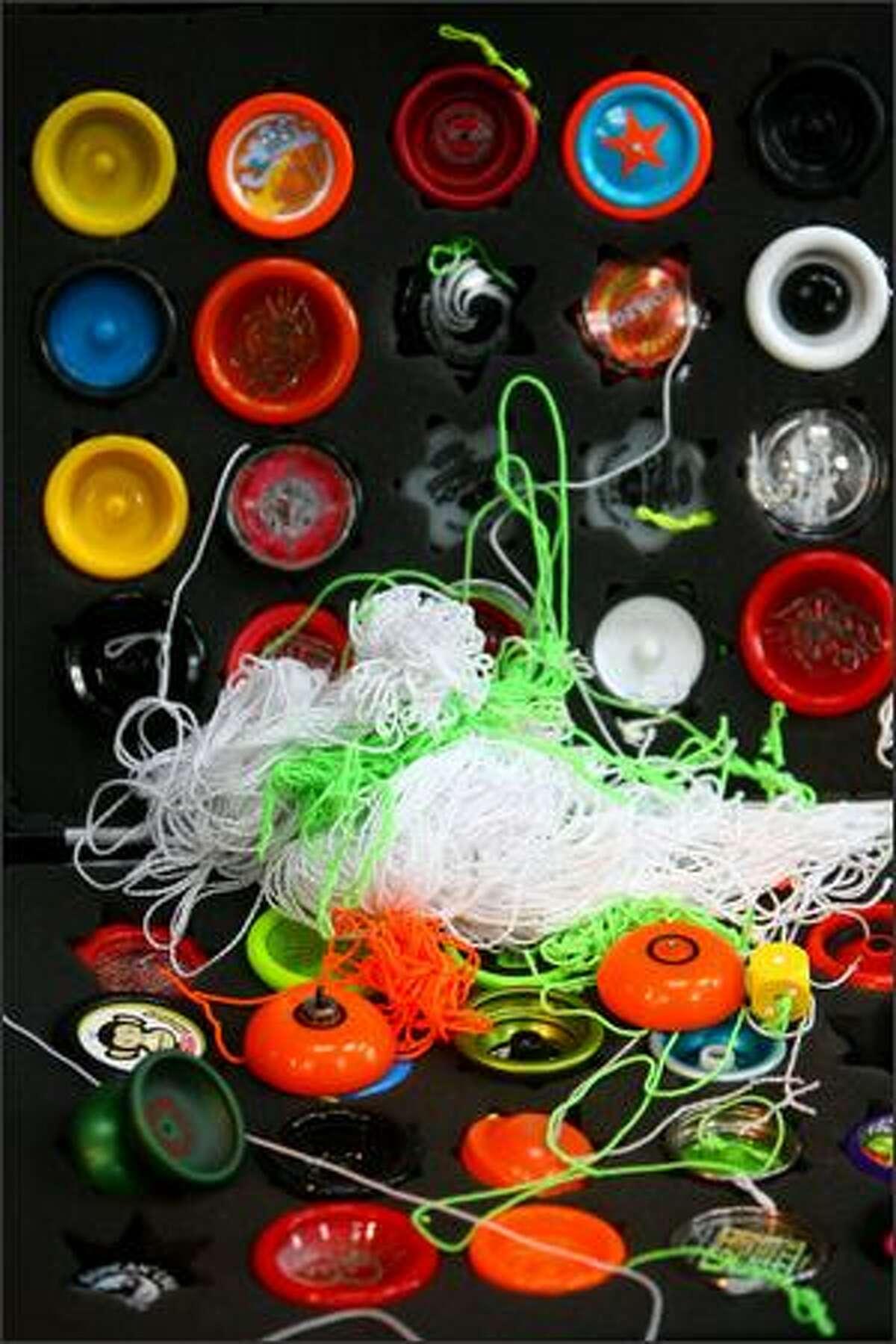A competitor's yo-yo case is shown.