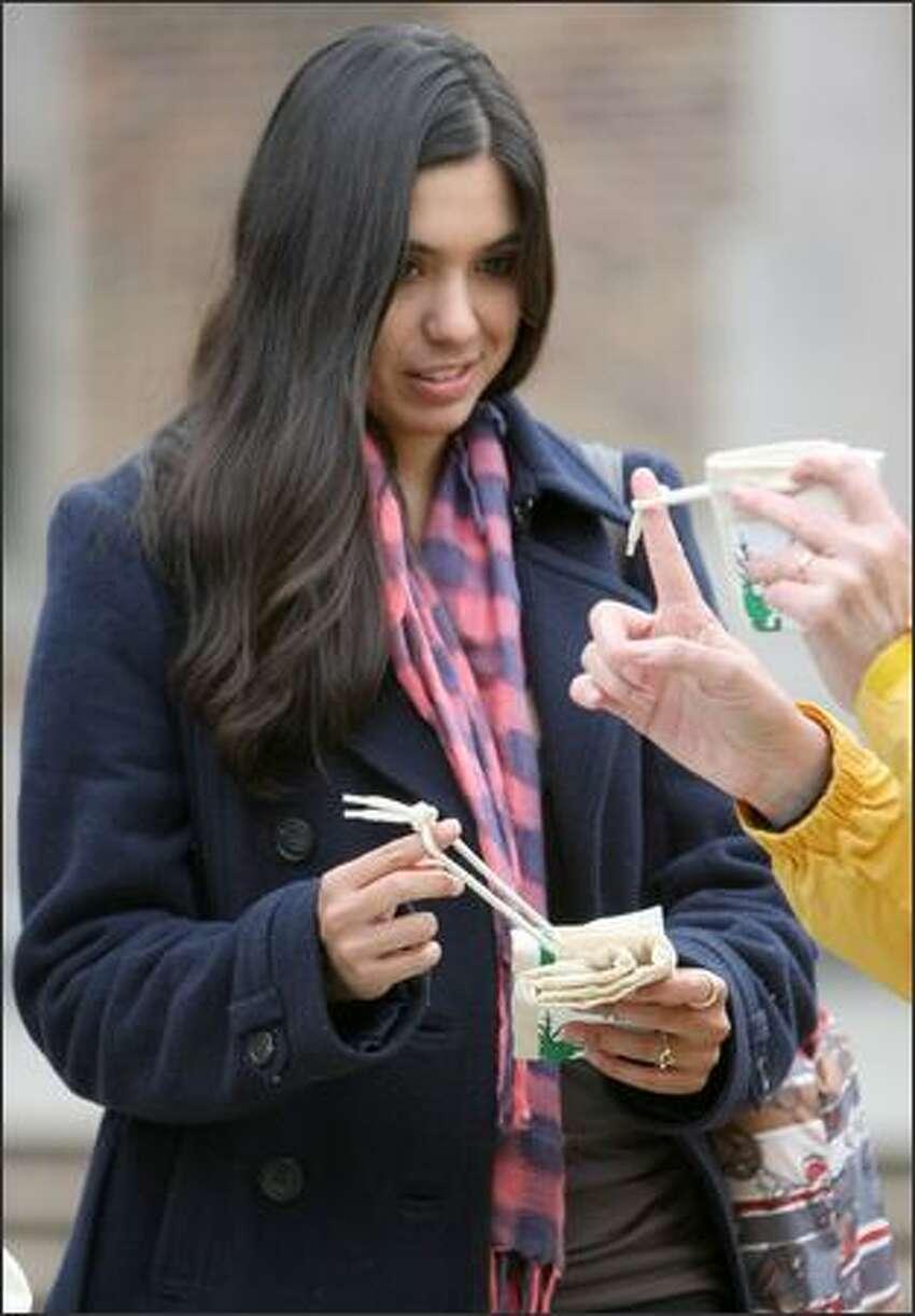 A UW student receives an environmentally friendly bag.