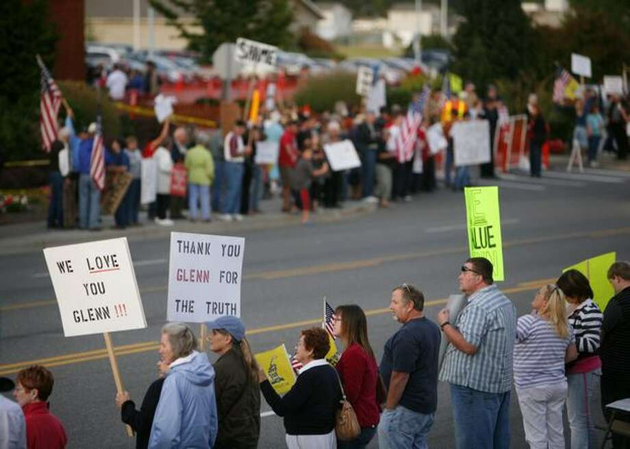 Protesters gather on both sides of East College Way in Mount Vernon as FOX News host Glenn Beck is honored with the key to the city. Photo: Joshua Trujillo, Seattlepi.com