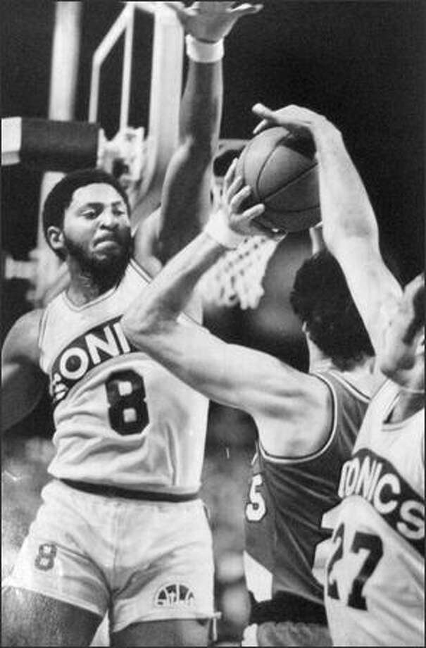 This is the kind of defense which confronted foes of the Seattle SuperSonics in 1980, facing a formidable barrier like Lonnie Shelton (8) while having the ball swiped from behind by John Johnson. (seattlepi.com file)