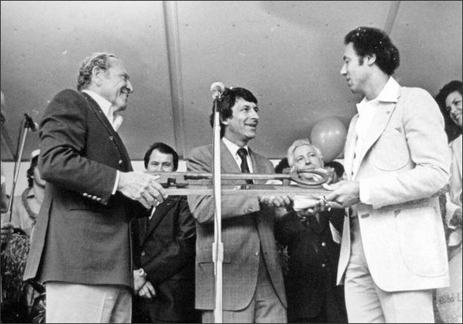 Seattle mayor Charles Royer presents a key to the city to Coach Lenny Wilkens. 1979. (seattlepi.com file)