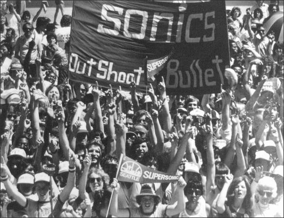 Fans wait for Sonics to return home from the 1979 playoffs. (seattlepi.com file)