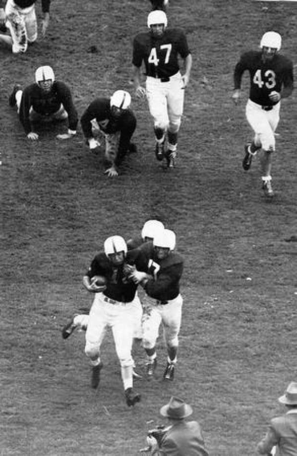 Larry Hatch carries the ball for Washington in a Nov. 1947 game against Stanford. Photo: P-I File