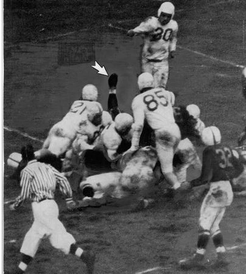 Husky Marshall Dallas scores from the 2-yard line in the 1948 game against Oregon. Photo: P-I File