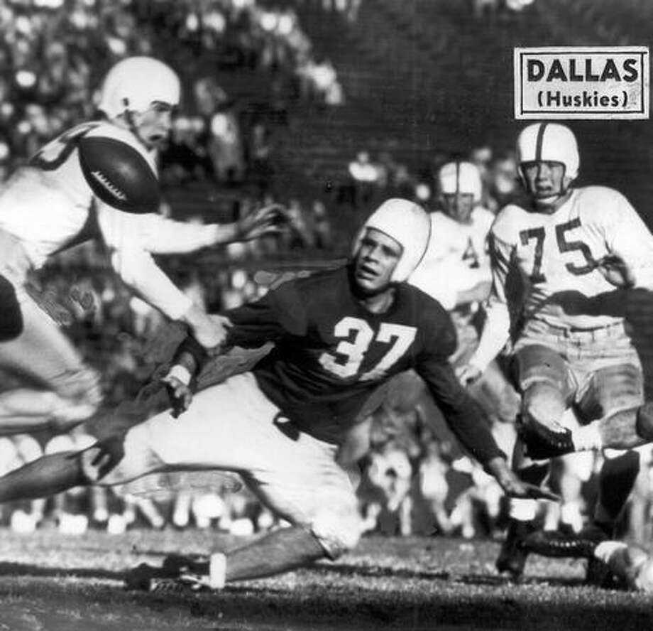 Washington player Marshall Dallas (75) in a 1946 game against Stanford. Photo: P-I File