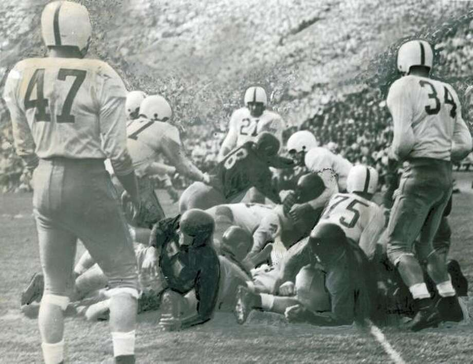 The first USC touchdown in their 1946 win against Washington, 28-0. Husky players include Larry Hatch (47), Marshall Dallas (75), Bill McGovern (34). Photo: P-I File
